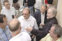 Der Sprecher des Landesverbandes der IGAB-Saar Manfred Reiter (rechts) im Gespräch mit Bürgern nach der Gemeinderatssitzung
